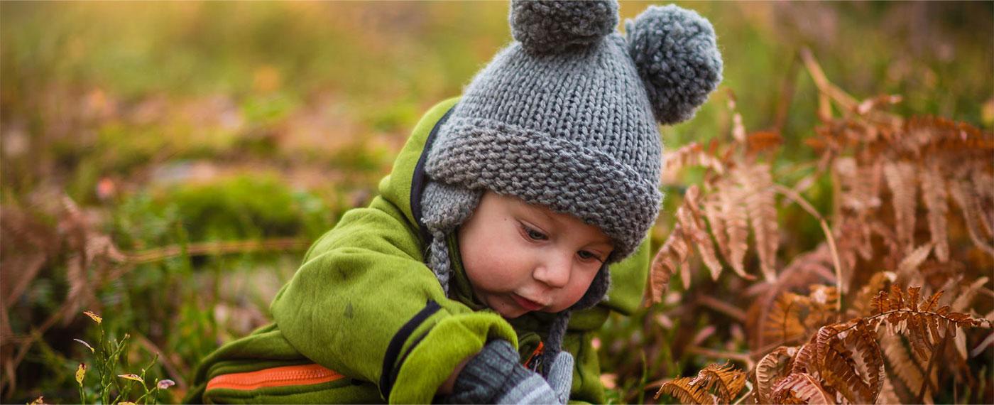 Samenwerkende kinderopvang - peuter spelen in de natuur